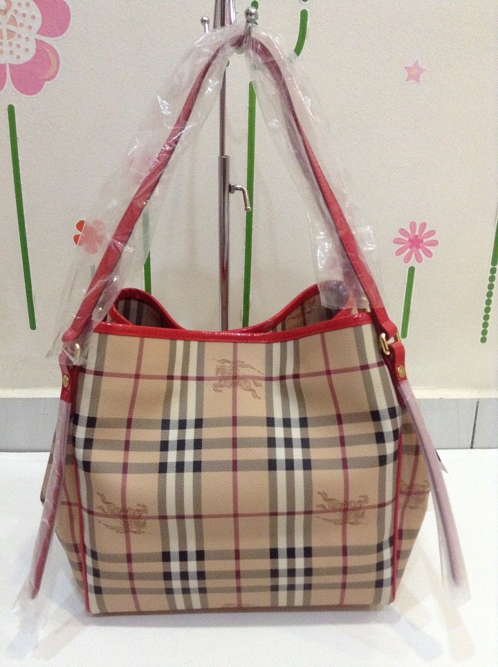 29d15472463 BURBERRY 39198691 SMALL HAYMARKET CHECK TOTE BAG - CORAL RED. Image 1